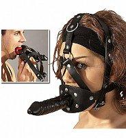 Kožený postroj na hlavu s predmetom na zachytenie v ústach a vonkajším masturbátorom